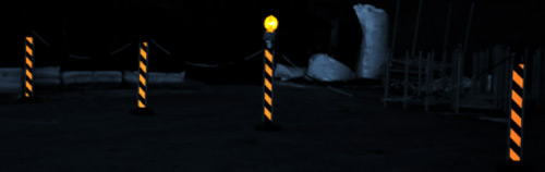 postes-alta-visibilidad-negro-amarillo-noche
