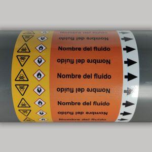 Muestra de marcador de tuberías según ISO 20560 - Con texto de ejemplo, dirección y pictogramas GHS de peligro